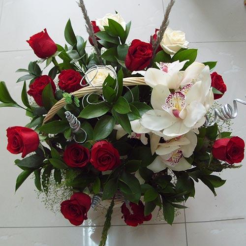 Кошница с рози и орхидеи - Страст
