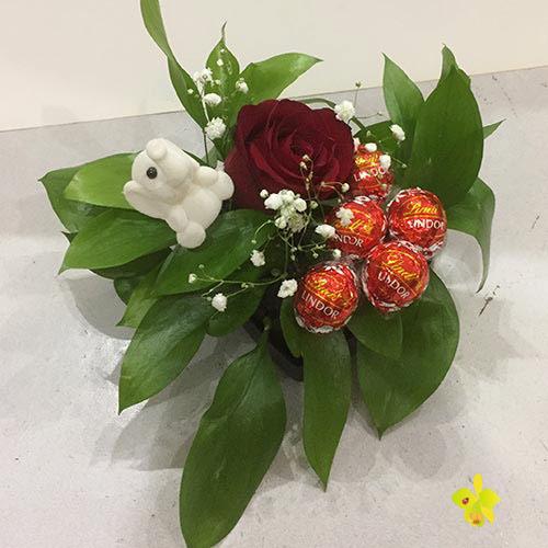 Червена роза и бонбони линдор