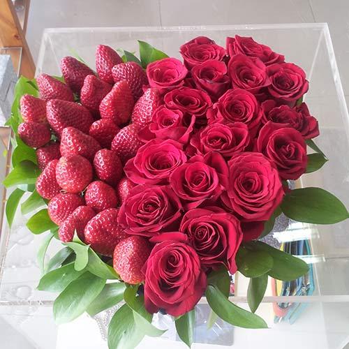 Сърце от рози и ягоди