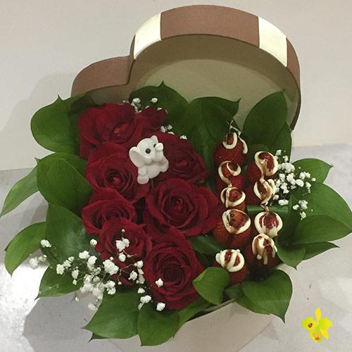 Кутия сърце с ягоди и рози
