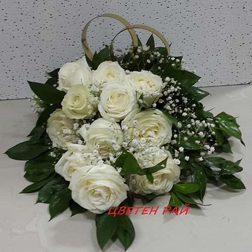 Сватбена украса за колa от бели рози